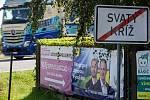 Politické billboardy ve Svatém Kříži u Havlíčkova Brodu.