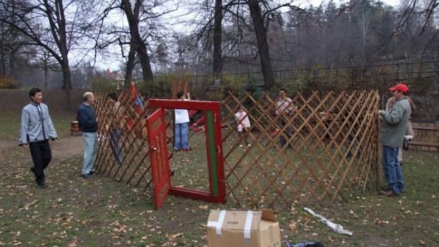 Stavěli jurtu. Tradiční mongolské obydlí vyrostlo loni v listopadu v parku v Brodě při Mongolských dnech.