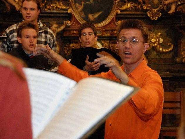 Libor Sládek vystudoval stavební inženýrství, než se začal věnovat zpěvu a dirigování.