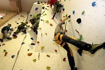 Osmdesát let stará ledečská sokolovna ožila novou lezeckou stěnou.