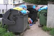 I po pěti měsících odpadové revoluce nabízejí ulice Brodu někde stejný obrázek. Odpadky, špína a zápach