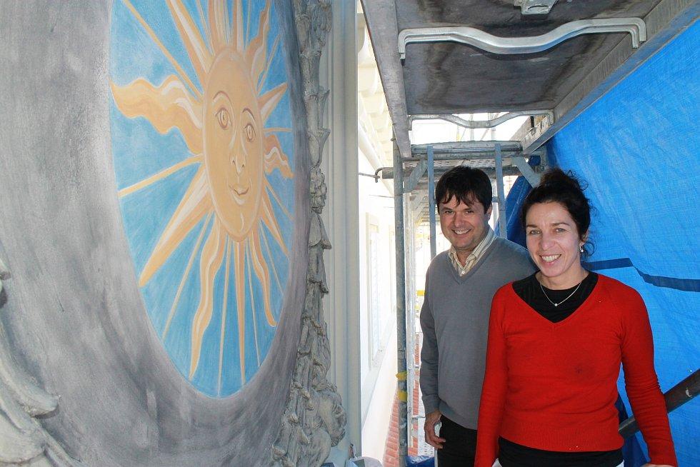 Autorkou věrné kopie renesančního slunce na brodské Staré radnici je restaurátorka Dana Christianová (na snímku s místostarostou Havlíčkova Brodu Liborem Honzárkem).
