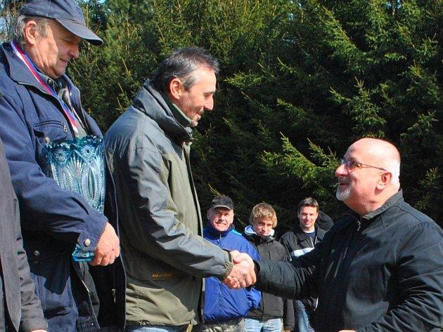 Střelcům blahopřeje starosta Jan Tecl.