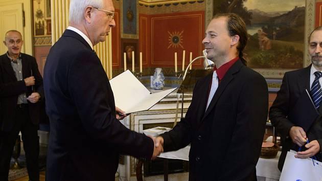 Cenu Akademie věd převzal Michal Švanda (vpravo) z rukou předsedy Akademie věd Jiřího Drahoše.