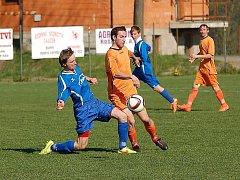 Na čekané v sobotu fotbalisté Mírovky (v oranžovém) s jejich soupeřem Humpolcem B, kteří budou vyčkávat na výsledek zápasu Černovice – Chotěboř B.