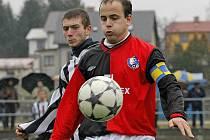 Fotbalisté Humpolce (v popředí kapitán Jiří Hes) zavítají na trávník havlíčkobrodského Slovanu, který chce na plno bodovat a předskočit soupeře v krajské tabulce.