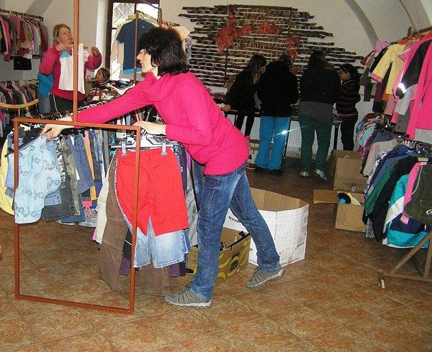 Burza. Velkou burzu v Přibyslavi si maminky pochvalují, nakoupí zde levně vše, co pro dítě  potřebují.