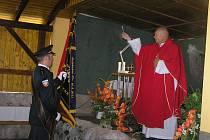 ŽEHNÁNÍ PRAPORU. Hlavní částí oslav výročí založení Sboru dobrovolných hasičů Olešenka bylo slavnostní požehnání nového sborového praporu, které provedl přibyslavský farář Zdeněk Kubeš.