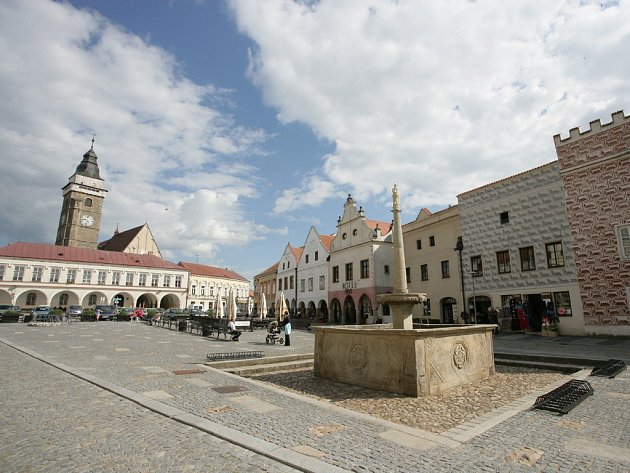Kraj v okolí Slavonic je územím, kde vládne poklid a melancholie. Jeho klenoty nejsou pouze Slavonice s nádhernými renesančními domy (na snímku), zdobenými grafity a majestátný hrad Landštejn, ale také četné gotické kostely a kamenná boží muka v okolí.