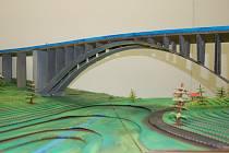 Most, který z lepenky vyrobili brodští studenti.