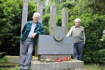 Bratři Janáčkovi u pomníku.