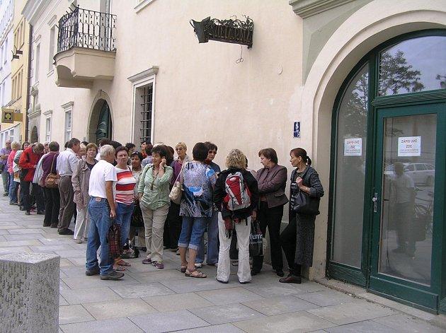 Na zápis do oblíbeného oboru byli posluchači ochotni čekat hodiny.