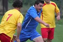 Nejvýraznější postavou v I. B třídě je bezesporu lipský hráč Radek Sláma (v modrém), který si prošel ligovou Jihlavou, Slavií Praha a zahraničními kluby.