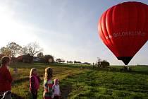 Díky bratrům Montgolfierovým byl prvním prostředkem, s jehož pomocí mohli lidé překonat zemskou přitažlivost. Balón, který zásluhou Balonklubu Chrudim vzlétl v sobotu z Cibotína, byl pod imatrikulačním číslem 0K 7117 vyroben v roce 2007 v Brně.