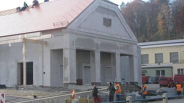 Nový obchod vyrůstá v Ledči v místě bývalého kina. Projektant zachoval původní průčelí.