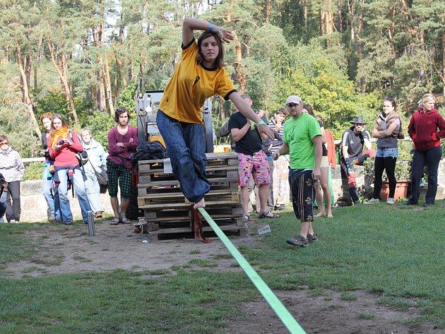 Návštěvníci festivalu si budou moci vyzkoušet i provazochodecký pás.