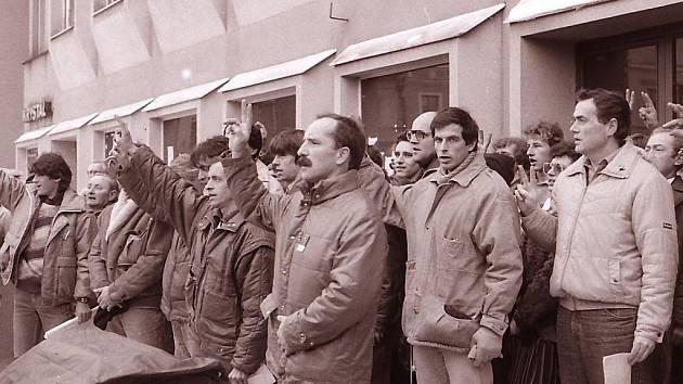 Tomáš Holenda (čtvrtý zprava) jako jeden z řečníků na brodské generální stávce, která se konala na konci listopadu 1989.