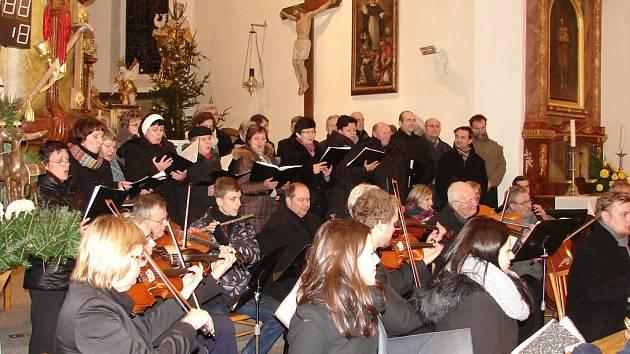 Zaplněný kostel sv. Václava si vyslechl slavnou Rybovu Českou mši vánoční.