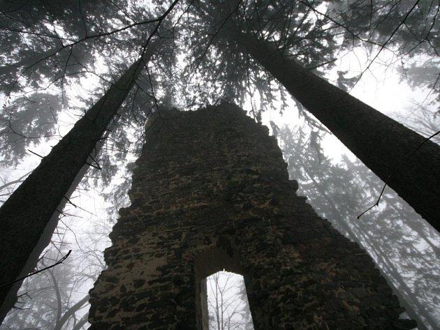 Mlha, která se v sobotu ráno převalovala nad ruinou hradu Ronov, potěšila několik milovníků pravé romantiky.