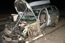 Muž ve volkswagenu způsobil na silnici I/38 u Habrů nehodu dvou kamionů. Sám utrpěl těžké zranění.