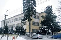 Zateplit a ušetřit se bude snažit městský úřad ve Štokách. Zateplení společně s výměnou oken na zdejší základní škole (na foto) by mělo vyjít zhruba na osm milionů korun.