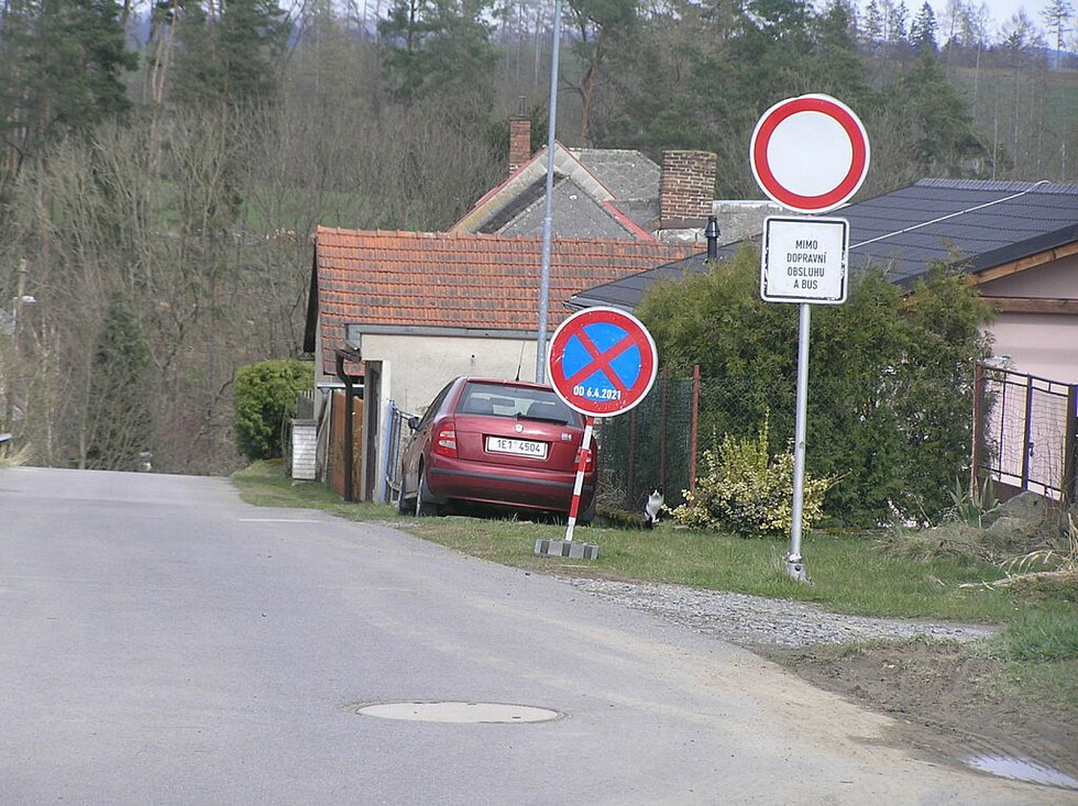 Silnice I/19 potřebuje opravu jako sůl. Jenže lokální komunikace ve Stříbrných Horách dopravní zátěž špatně snášejí.