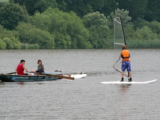 Ideálním odpočinkem je pro některé v létě určitě windsurfing. Perfektní podmínky najdou surfaři na Řece u Krucemburku.