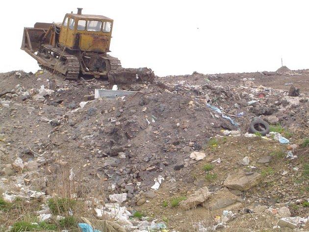 Téměř stovka obcí využívá skládku v Ronově nad Sázavou. Ale počty tun uloženého odpadu stoupají. Právě ekologické projekty by měly rychlost zaplnění zpomalit.