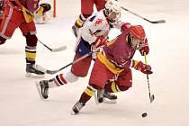 Spanilou jízdu zatím v hokejové extralize předvádějí starší dorostenci BK (v bílém), kteří ztratili bod pouze na ledě Pardubic.
