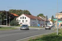 Kruhový objezd u sochy Ignáta Herrmanna v Chotěboři byl dokončen loni a zase se bude bourat. Firma z Plzně si dobré jméno na Vysočině neudělala.