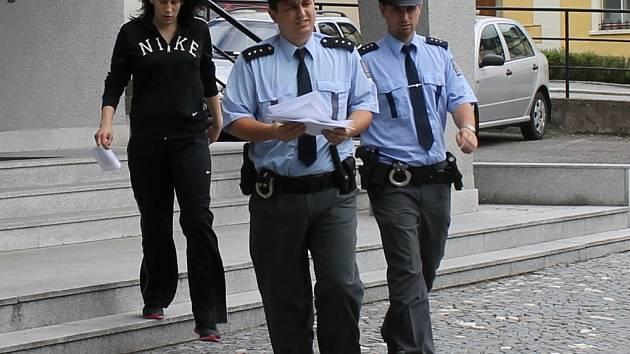 Nikola Dobrozemská odchází od brodského soudu.