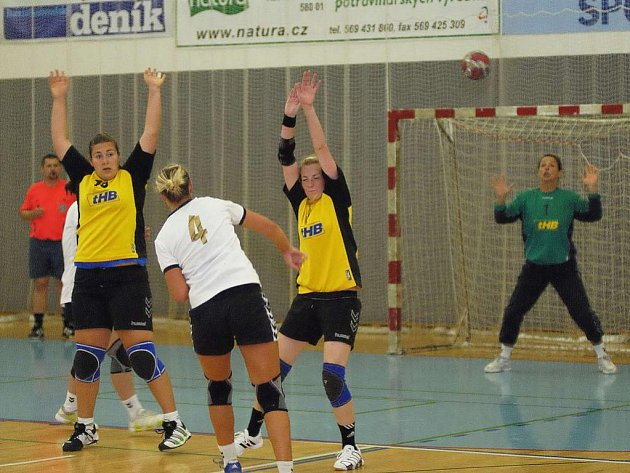 Ostře se odehrál ligový zápas žen v Kunovicích, kde to odnesla zraněním  vazů brodská hráčka Klára Beránková. Nakonec si děvčata odvezla i porážku o čtyři branky.