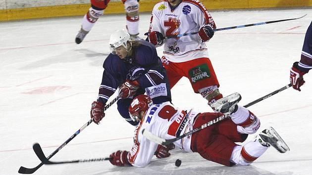 Chotěbořští hokejisté (v tmavém) získali vpěti odehraných kolech druhé hokejové ligy šest bodů a všechny na ledech soupeřů. V prvním kole překvapivě ukořistili tři body ve Žďáře, vpátém v Jindřichově Hradci.