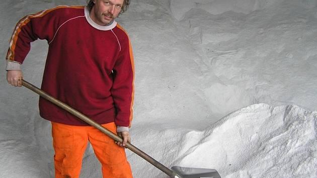 Hory soli. Silničář Richard Voldán nabírá na lopatu sůl, které po loňské mírné zimě ve skladu zůstalo mnoho tun. Sypače na Havlíčkobrodsku obhospodařují celkem 28 okruhů.