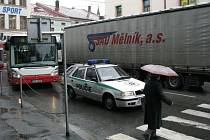 Ranní či podvečerní dopravní špičky přiváděly v pondělí do varu nejednoho řidiče. Asi nejhorší situace panovala v Žižkově ulici, kterou zahltily kamionové soupravy odkloněné ze směru Kolín. Na své si přišli také řidiči autobusů, hasičů nebo záchranek.