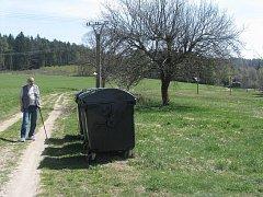 Tak daleko jsou umístěny kontejnery na komunální odpad od chatové oblasti dnes. Na letitý problém upozornil Jiří Nováček (na snímku).