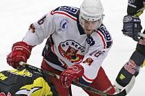 Odchází. Dalším z hráčů, kteří v příští sezoně neobléknou dres Havlíčkova Brodu, je útočník Jan Knotek (v bílém). Muž, který v loňské sezoně nasbíral v padesáti zápasech dvaadvacet kanadských bodů, bude totiž rok hostovat v Olomouci.