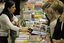 Desítky tisíc lidí každoročně navštíví největší knižní veletrh v Kraji Vysočina. Ten se i letos uskuteční ve velkém sále Kulturního domu Ostrov v Havlíčkově Brodě.