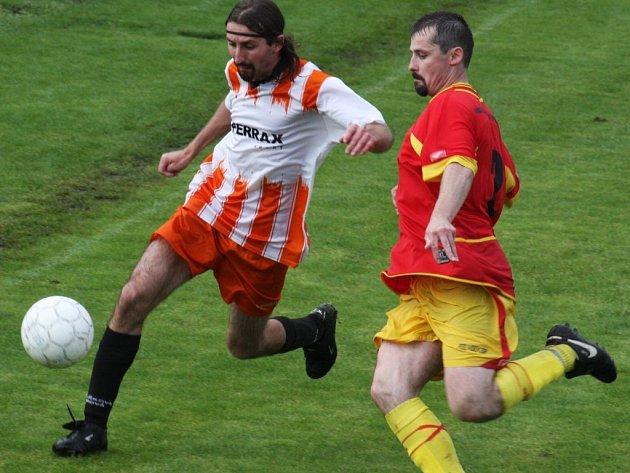 Fotbalisté Havlíčkovy Borové (v pruhovaném) se vyšší soutěže rozhodně nezalekli, hned v prvním utkání získali všechny body.