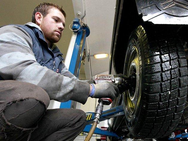 V autoservisech a pneuservisech je teď opravdu narváno. Automechanici mají plné ruce práce a často pracují téměř nepřetržitě.