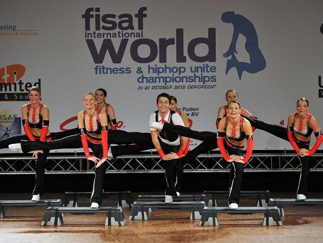 Úspěchu dosáhly na mistrovství světa brodské aerobičky. Na snímku stříbrný tým juniorek s Markem Šotolou.