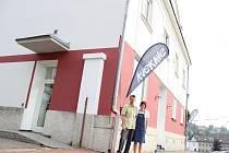 Jen několik kroků od autobusového terminálu v Havlíčkově Brodě se nachází kavárna AVEKAVE, kterou provozuje Josef Švec.