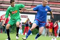 Jonáš Fiedler (v modrém) dokázal, že góly umí střílet i mimo zimní stadion.