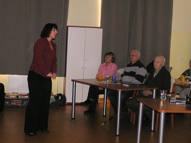 Přednáška. Na téma zdravé výživy hovořila se seniory zdravotnice Jana Dvořáková.
