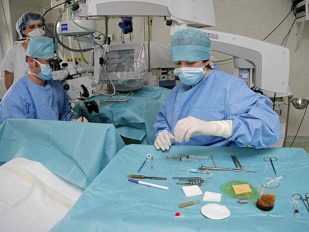 """Implantace multifokálních čoček je """"specialitou"""" očního oddělení havlíčkobrodské nemocnice. Velkému zájmu se ale těší také plastické operace."""
