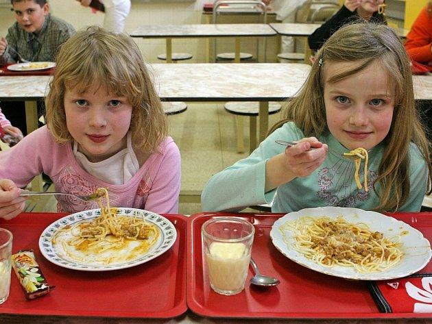 """Děti ve školní jídelně náležející k brodské základní škole V Sadech zastihl náš fotograf v den, kdy si takříkajíc """"dávaly do nosu"""". Kdyby zrovna byly na jídelníčku luštěniny, možná by se tvářily o poznání sklesleji."""