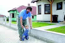 Mladí manželé s dítětem. To jsou typičtí obyvatelé novostaveb na okraji obcí. Za domem Jiřího Mrkvičky z Habrů se budou připravovat ještě další parcely. I ty jsou už ale zamluvené.