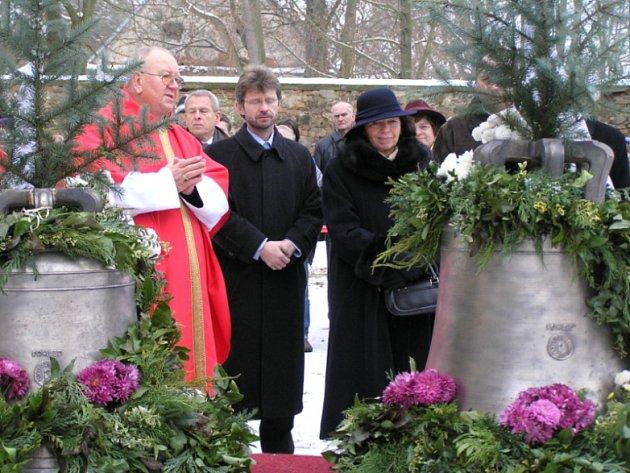 Mají nové zvony. Slavnostního svěcení zvonů v Pohledu u Havlíčkova Brodu se zúčastnila i prezidentova manželka Livie Klausová.