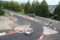 Dělníci mají kvůli dokončovacím pracem na jedné z hlavních křižovatek v Havlíčkově Brodě plné ruce  práce. O tomto víkendu bude křižovatka po dvacet čtyři hodin úplně uzavřena. V pondělí by se ale měla téměř celá otevřít.