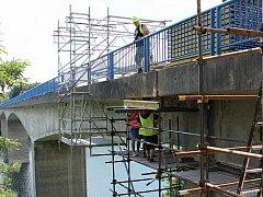 Rekonstrukce jediného mostu přes Želivku u Brzotic nepřímo ohrožuje životy lidí v okolí vodní nádrže.